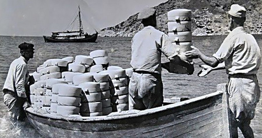 Loading a boat with pottery]