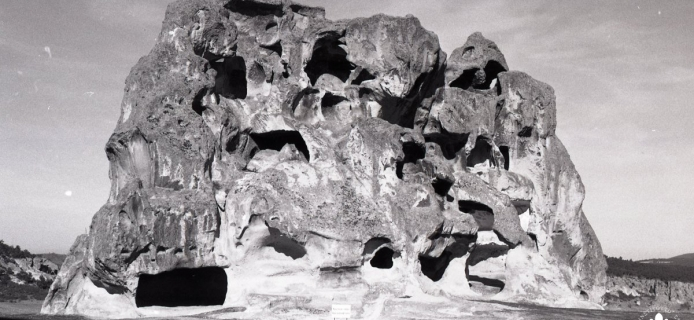 87-08-013 Midas City, weird erorded rock-formations with rockcut tombs